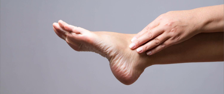 Das Tarsaltunnelsyndrom zeichnet sich durch Schmerzen an der Innenseite des Knöchels am Fuß aus.